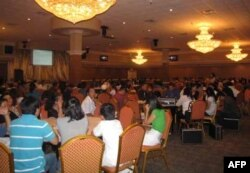 Hơn 300 ngư phủ đã đến dự một buổi họp với sự có mặt của đại diện Sở thuế và trả lời qua truyền hình của đại diện Ủy ban Bồi thường vùng Vịnh