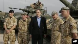 英國前首相布萊爾2005年去到伊拉克看望官兵(資料照)