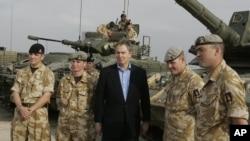 ARSIP – Perdana Inggris saat itu Tony Blair menemui para prajurit di pangkalan logistik Shaibah. Basra, Iraq.
