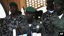 4月3号,马里的军政府领导人阿马杜·萨诺戈上尉在新闻发布会上讲话。