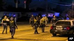 警方在加利福尼亚州圣贝纳迪诺枪击案现场附近布设警戒。