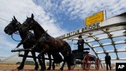 Kereta kuda yang membawa peti jenazah anggota Kongres AS dan tokoh hak-hak sipil, John Lewis, melintasi Jembatan Edmund Pettus dalam upacara perkabungan untuk Lewis, di Selma, Alabama, Minggu, 26 Juli 2020.