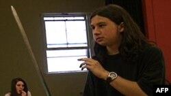 Tim, một diễn viên bất đắc dĩ, khám phá ra rất nhiều điều thú vị về chuyện đóng kịch của Shakespeare