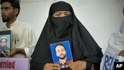 پاکستان میں لاپتہ افراد کے لواحقین ایک مظاہرے میں شریک (فائل فوٹو)