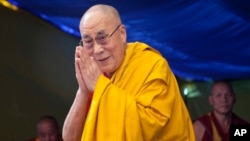 Pemimpin sprititual Tibet Dalai Lama menyapa para pengikutnya ketika menyampaikan pesan tentang agama di Sekolah Anak-anak Tibet di Dharmsala, India, 27 Mei 2015.