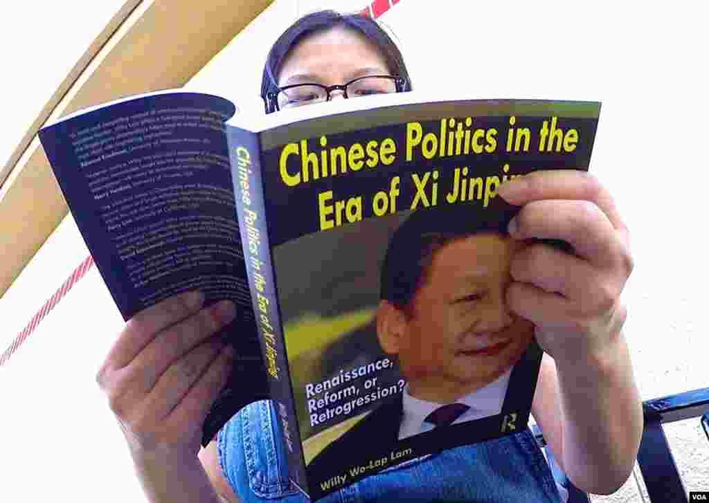林和立的新书出现在华人社区街头(美国之音国符拍摄)