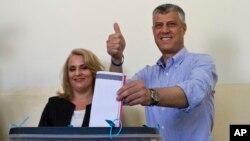 科索沃總理塔奇和他的妻子在投票站投票。