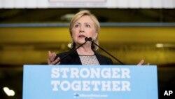 Ứng cử viên tổng thống của đảng Dân chủ Hillary Clinton đọc bài diễn văn về kinh tế sau khi đến thăm nhà máy Futuramic Tool & Engineering ở Warren, Michigan, ngày 11 tháng 8 năm 2016.