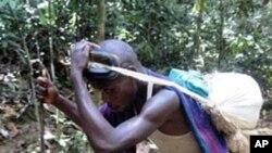 Garimpeiro numa mina a céu aberto, na região de Goma, no Congo
