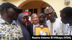 Amanda Bennet da wasu masu sauraren Sashen Hausa a Abuja
