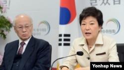 13일 한국 대통령직인수위원회에서 열린 외교국방통일분과 국정과제토론회에서 모두발언을 하는 박근혜 한국 대통령 당선인(오른쪽).