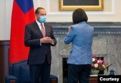 Bộ trưởng Y tế Hoa Kỳ Alex Azar và Tổng thống Đài Loan Thái Anh Văn, 10/8/2020.