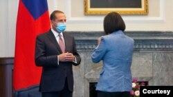 台灣總統蔡英文2020年8月10日在總統府會見到訪的美國衛生部長阿扎爾(Alex Azar) (台灣中央社照片)