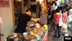 台湾街头小吃摊 (美国之音许波拍摄)