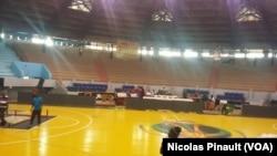 Le stade Marius Ndiaye se prépare pour accueillir l'Afrobasket 2017, Dakar, le 7 septembre 2017 (VOA/Amedine Sy)