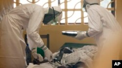 肯特布蘭特利醫生在利比里亞治療伊波拉患者。