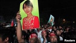Magoya bayan Aung San Suu Kyi na shagulgula saboda alamar nasara
