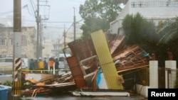 Rumah kayu di wilayah Naha, bagian selatan kepulauan Okinawa robot diterjang topan Neoguri (8/7).