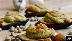 Hummus, olesan makanan asal Timur Tengah yang terbuat dari kacang chick-peas, kian mendapat tempat baru pada menu makanan warga Amerika. Melindungi pasokan bahan-bahan pelengkap roti sandwich yang berlimpah dan murah - dan pasokan makanan lain - telah menjadi landasan kebijakan Amerika selama puluhan tahun (Foto: dok).