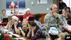 Kepala Staf NORAD dan USNORTHCOM, Mayjen Charles D. Luckey bergabung dengan para relawan yang melayani panggilan telepon dari anak-anak di seluruh dunia yang menanyakan Sinterklas, 24 Desember 2014. (Foto: Dok)