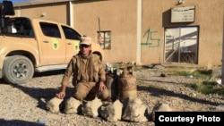 지난 17일 이라크 모술 북부 카지르에서 쿠르드군 지휘관이 ISIL이 제작한 돌 모양 폭발물들을 보이고 있다. (자료사진)