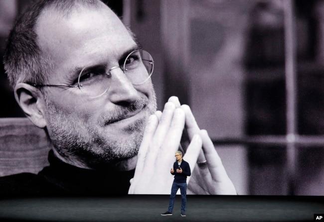 苹果公司首席执行官库克在乔布斯剧场介绍新产品,背景是乔布斯巨像的投影(2017年9月12日)