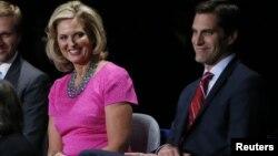 Ann Romney, esposa del candidato republicano Mitt Romney, junto a su hijo Matt antes del segundo debate presidencial.