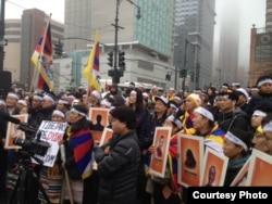 參與在中國駐紐約總領館前抗議的藏人(由自由西藏學聯提供)