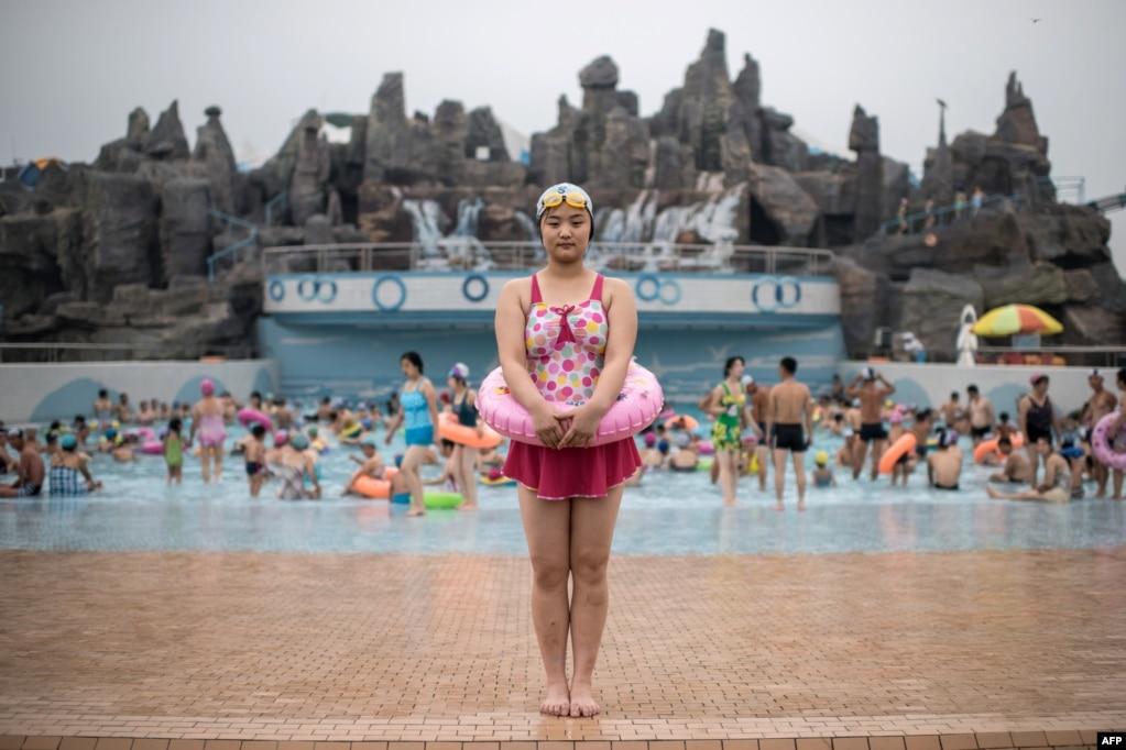 游泳者Ri Song-Hui(21岁)在平壤的Munsu水上公园照相。