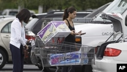 Shoppers unload their shopping cart at a Pembroke Pines, Fla., Costco store, September 29, 2011 (file photo).