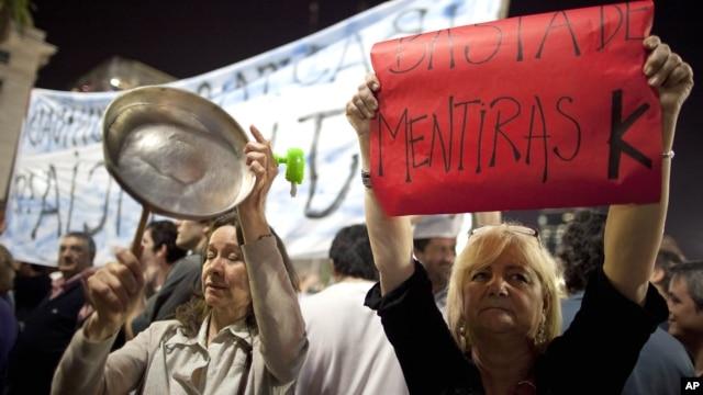 Protestas con cacerolas y letreros que se repitieron en diversas ciudades de la Argentina, en contra de la presidenta Cristina Fernández de Kirshner.