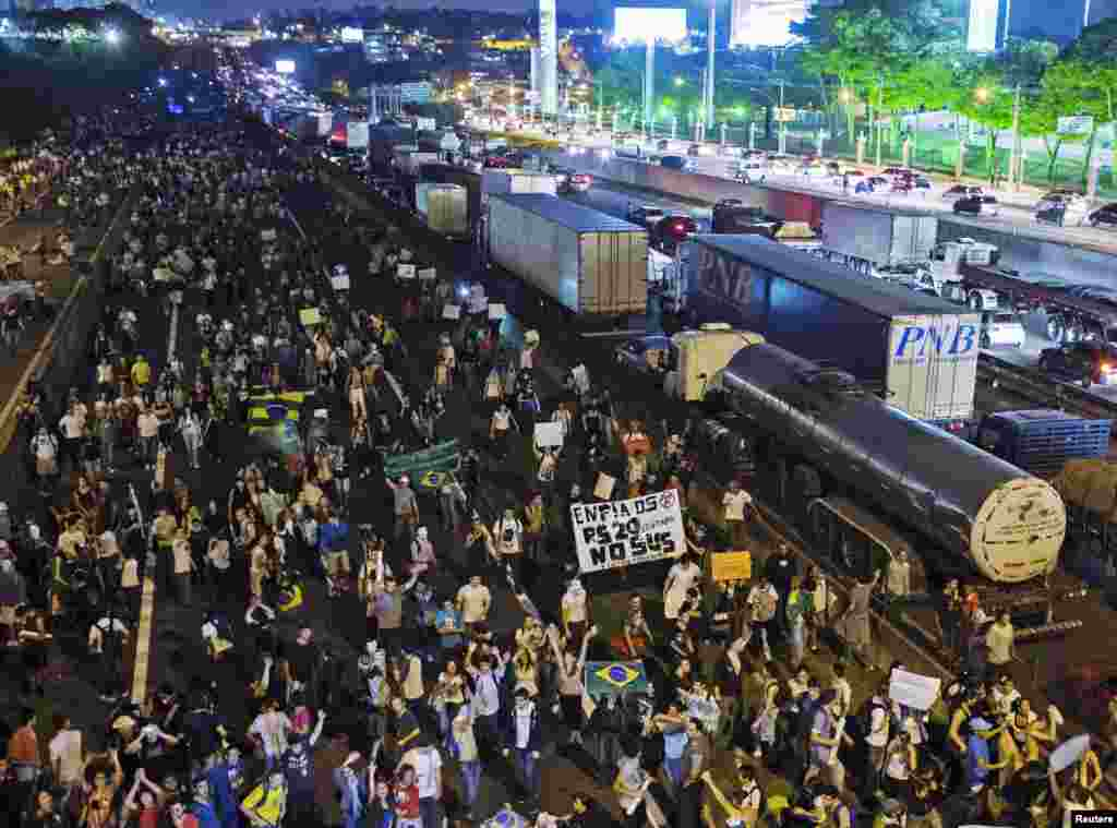 Demonstrators take over one side of the Rodovia Dutra, one of the country's main highways, during a protest in Sao Jose dos Campos, Brazil, June 20, 2013.