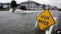 Sebuah jip mengarungi banjir di jalanan Ocean City, Maryland, saat Badai Sandy menerpa Pantai Timur AS. (AP/Alex Brandon)