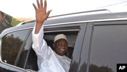 Le président gambien Adama Barrow salue ses partisans lors des élections parlementaires à Banjul, en Gambie, jeudi 6 avril 2017.