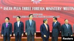 中国外交部部长王毅(右二), 日本外务大臣岸田文夫(左二),韩国外长尹炳世(左三)等第46届东盟外长会议合影(资料照片)