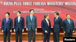 日本外相岸田文雄(左二)與中國外長王毅(右二)8月9日在東盟峰會上。