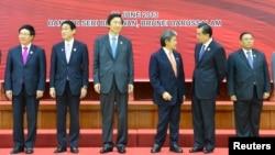 지난해 6월 브루나이에서 열린 아세안 플러스 3개국 외무장관 회의에서 윤병세 한국 외교부 장관(왼쪽 세번째)과 기시다 후미오(왼쪽 두번째) 일본 외무상이 나란히 서 있다.