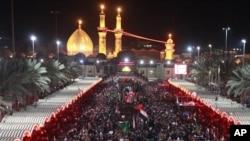 Para peziarah muslim Syiah berkumpul di depan kuil suci Imam Abbas menandai Festival Muslim Arbaeen di Karbala, 50 mil (sekitar 80 kilometer) sebelah selatan Baghdad, Iraq, Rabu (2/1).