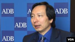 2016年4月6日,亚洲开发银行首席经济学家魏尚进接受美国之音采访。(美国之音任禹阳拍摄)