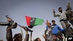 26일 아즈다비야를 탈환한 리비아 반군이 승리를 자축하며 환호하고있다.