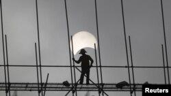 Công nhân làm việc tại một công trường xây dựng tại thủ đô Phnom Penh, Campuchia.
