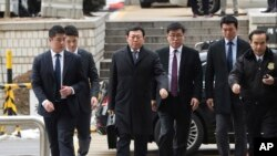 Direktur Grup Lotte Shin Dong-bin (tengah) tiba di Pengadilan Negeri Seoul di Seoul, Korea Selatan, Jumat, 22 Desember 2017.