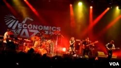"Penampilan Kelompok jazz Indonesia ""Krakatau Reunion"" tanpa Indra Lesmana pada pergelaran Economics Jazz ke-21 di Yogyakarta (foto: VOA/Munarsih)."