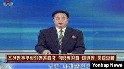Phát thanh viên truyền hình Bắc triều Tiên đọc tuyên bố của Ủy ban Quốc phòng Quốc Gia.
