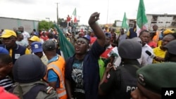 Des syndicats protestent dans la région de Lagos, au Nigeria, le 18 mai 2016.