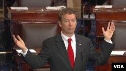 因无人机问题保罗参议员在国会做冗长发言阻拦参议院表决中情局长任命。(2013年3月6日)