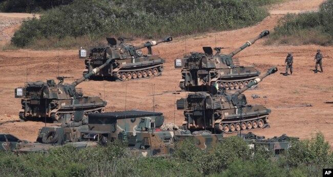 Tanques K-55 howitzers del ejército surcoreano realizan ejercicios en Paju, cerca de la frontera con Corea del Norte. Sept. 15, 2017.