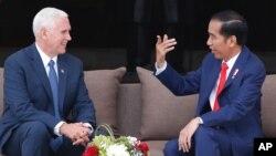 Wapres AS Mike Pence (kiri) bertemu Presiden Joko Widodo di Istana Merdeka Jakarta, Kamis (20/4).
