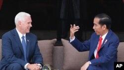 PresidenJoko Widodomenerima kedatanganWakil PresidenAmerika SerikatMichael Richard Pence (Mike Pence) di Istana Merdeka, Jakarta, Kamis, 20 April 2017. (Darren Whiteside/Pool Photo via AP)