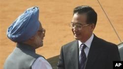 温家宝总理与印度总理辛格握手(资料照片)